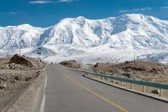 XINJIANG, CHINA - Mei 21 2015: Karakoramweg beroemd land royalty-vrije stock fotografie