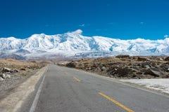 XINJIANG, CHINA - Mei 21 2015: Karakoramweg beroemd land stock afbeeldingen
