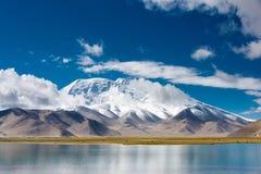 XINJIANG, CHINA - Mei 21 2015: Karakul Meer een beroemd landschap royalty-vrije stock foto's