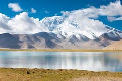 XINJIANG, CHINA - Mei 21 2015: Karakul Meer een beroemd landschap stock afbeelding