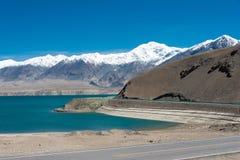 XINJIANG, CHINA - Mei 22 2015: Meermening van Karakoram-Weg royalty-vrije stock afbeelding