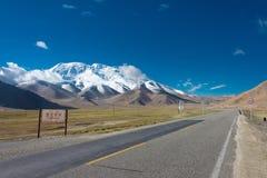 XINJIANG, CHINA - Mei 21 2015: Mustagh Ata Mountain in Karakoram stock foto