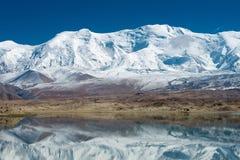 XINJIANG CHINY, Maj, - 21 2015: Karakul jezioro sławny krajobraz Obrazy Royalty Free