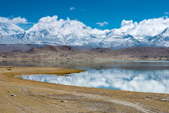 XINJIANG CHINY, Maj, - 21 2015: Karakul jezioro sławny krajobraz Zdjęcie Royalty Free