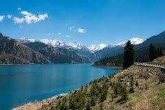 XINJIANG CHINY, Maj, - 09 2015: Niebiański jezioro Tian shan (Tianchi) zdjęcie stock