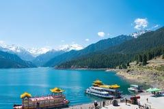 XINJIANG, CINA - 9 maggio 2015: Lago heaven di Tian Shan (Tianchi) Immagini Stock Libere da Diritti