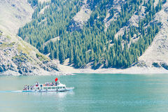 XINJIANG KINA - Maj 09 2015: Himmel sjö av Tian Shan (Tianchi) Royaltyfria Bilder