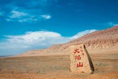 XINJIANG KINA - Maj 05 2015: Huoyanshan monument på att flamma Mo Arkivfoto