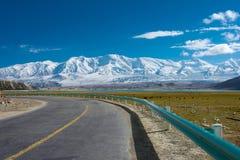 XINJIANG KINA - Maj 21 2015: Karakoram huvudväg berömda länder Royaltyfri Fotografi