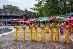 Xishuangbanna Dai Park Xiaoganlanba en salpicar a los bailarines cuadrados (dios) que Fotografía de archivo