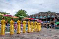 Xishuangbanna Dai Park Xiaoganlanba en salpicar a los bailarines cuadrados (dios) que Imagenes de archivo