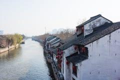 XITANG KINA - SEPTEMBER 16: folket som går på Xitang den forntida staden på September 16, 2013, Xitang är den första grupperingen Arkivbilder