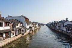 XITANG KINA - SEPTEMBER 16: folket som går på Xitang den forntida staden på September 16, 2013, Xitang är den första grupperingen Arkivbild