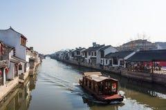 XITANG KINA - SEPTEMBER 16: folket som går på Xitang den forntida staden på September 16, 2013, Xitang är den första grupperingen Arkivfoto