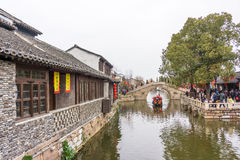 XITANG KINA - SEPTEMBER 16: folket som går på Xitang den forntida staden på September 16, 2013, Xitang är den första grupperingen Arkivfoton