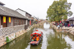 XITANG KINA - SEPTEMBER 16: folket som går på Xitang den forntida staden på September 16, 2013, Xitang är den första grupperingen Royaltyfri Foto
