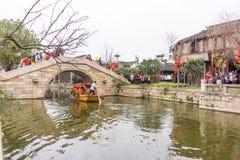XITANG KINA - SEPTEMBER 16: folket som går på Xitang den forntida staden på September 16, 2013, Xitang är den första grupperingen Royaltyfri Fotografi