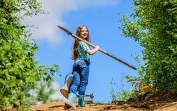?xito futuro pequeña muchacha en rancho Cultivo del verano pequeña muchacha del granjero utensilios de jardiner?a, pala y regader fotografía de archivo libre de regalías