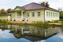 XIX世纪典型的老俄国木房子  免版税图库摄影