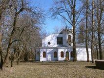XIX世纪白色古老房子门面  免版税库存图片