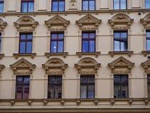 XIX世纪廉价公寓的门面 免版税库存照片