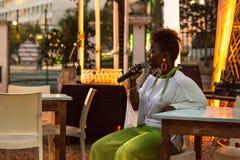 Xixel Langa utför direkt på Centro Cultural Franco-Moçamb Royaltyfria Bilder