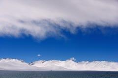 XIZANG Virgin与水反射的湖冰川 免版税库存图片