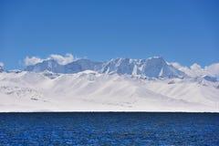 XIZANG Virgin与水反射的湖冰川 免版税图库摄影