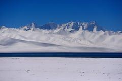 XIZANG Virgin与水反射的湖冰川 图库摄影