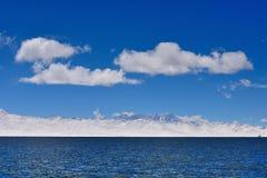 XIZANG Virgin与水反射的湖冰川 免版税库存照片