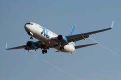 XL het naderbij komen Rwy van Boeing 737-800 van Luchtroutes Stock Afbeelding
