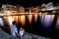 Xlendi,度假村在戈佐岛,马耳他在晚上 库存图片