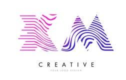 XM X M Zebra Lines Letter Logo Design avec des couleurs magenta Photo libre de droits