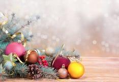 Xmas假日背景 在木头的Fir&球与被弄脏的backdro 库存照片