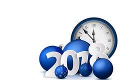 Xmas和新年2018年概念 与银色持有人和葡萄酒手表的蓝色圣诞节球 套被隔绝的现实对象 免版税库存图片