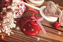 Xmas响铃,蜡烛,冷杉,玩具,红色礼物 免版税库存照片