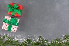 Xmas在工艺纸的礼物盒与丝带 免版税图库摄影