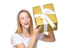 Xmas女孩猜测在大礼物盒的事 免版税库存照片