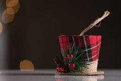 Xmas帽子装饰品摘要圣诞节背景 选择聚焦 免版税库存图片
