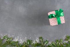 Xmas有缎丝带的礼物盒在木桌表面背景 免版税库存图片