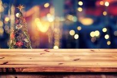 从Xmas树的圣诞节抽象背景光bokeh在夜党在冬天 免版税图库摄影