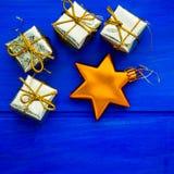 Xmas树装饰例如金黄礼物和星 免版税库存照片