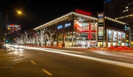 Xmas的街道视图装饰了购物中心 免版税库存图片