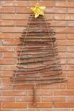 Xmas装饰工艺树砖墙 图库摄影