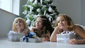 Xmas,说谎在与礼物的白色地板上的女朋友画象在装饰的圣诞树旁边 影视素材