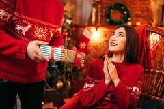 Xmas, мужск человек делает подарок к красивой женщине Стоковые Изображения