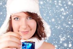 xmas отверстия девушки подарка идя снег Стоковое Изображение RF