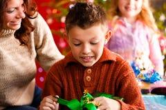 xmas подарков семьи Рожденственской ночи стоковые фотографии rf