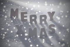 Xmas текста белого рождества веселый на снеге, снежинках Стоковое Изображение RF