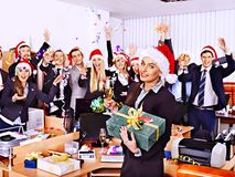 圣诞老人帽子的集团人在Xmas集会。 库存图片